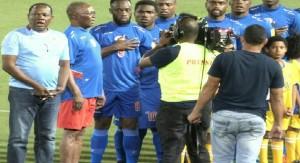 Haiti: Le Président Jocelerme Privert sur la pelouse avec les Grenadiers face à Panama