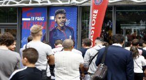Monde: Des fans font la queue pour le maillot de Neymar aux Champs Élysées