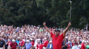 Tiger Woods célèbre sa victoire au Championnat du circuit de la PGA